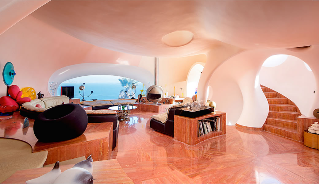 Light-filled living room in the Palais Bulles